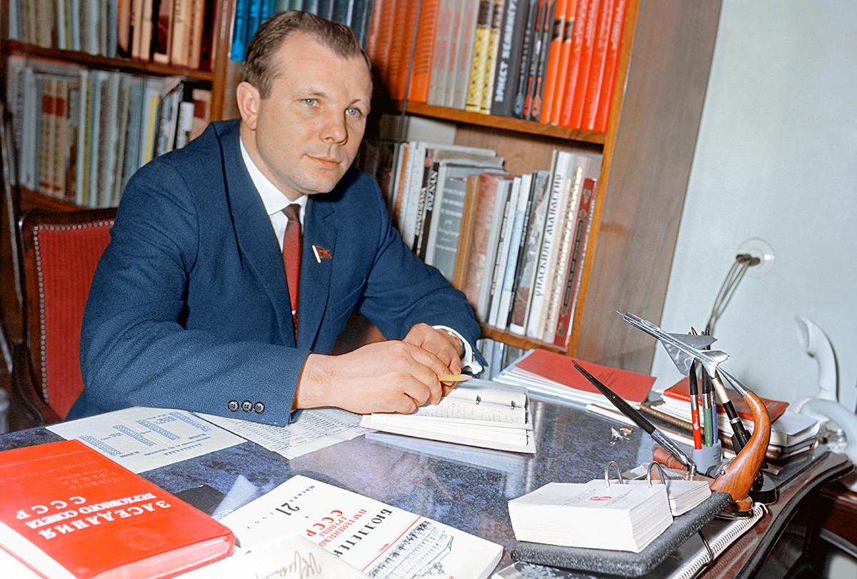 Gagarin in seinem Kabinett, 1967.
