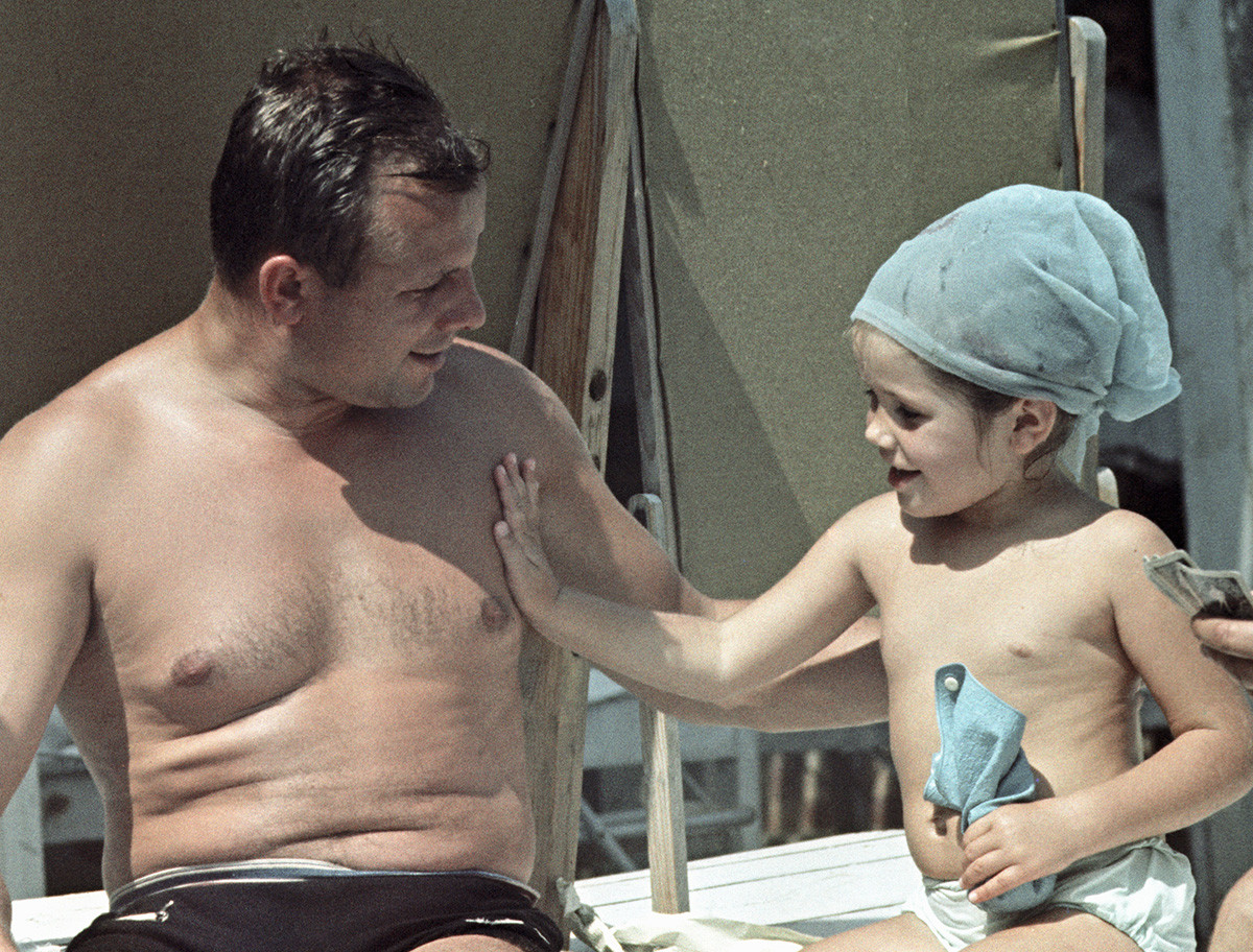 Gagarin mit Tochter Galina in den Ferien, 1966.
