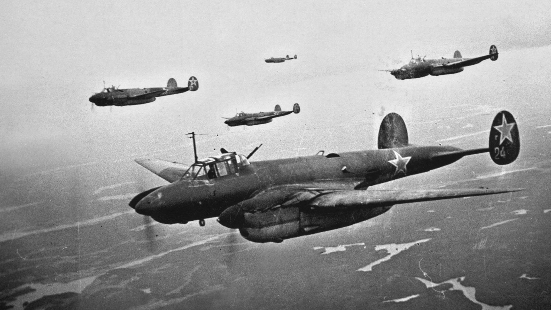 Бомбардери за обрушавање Пе-2 у ваздуху.