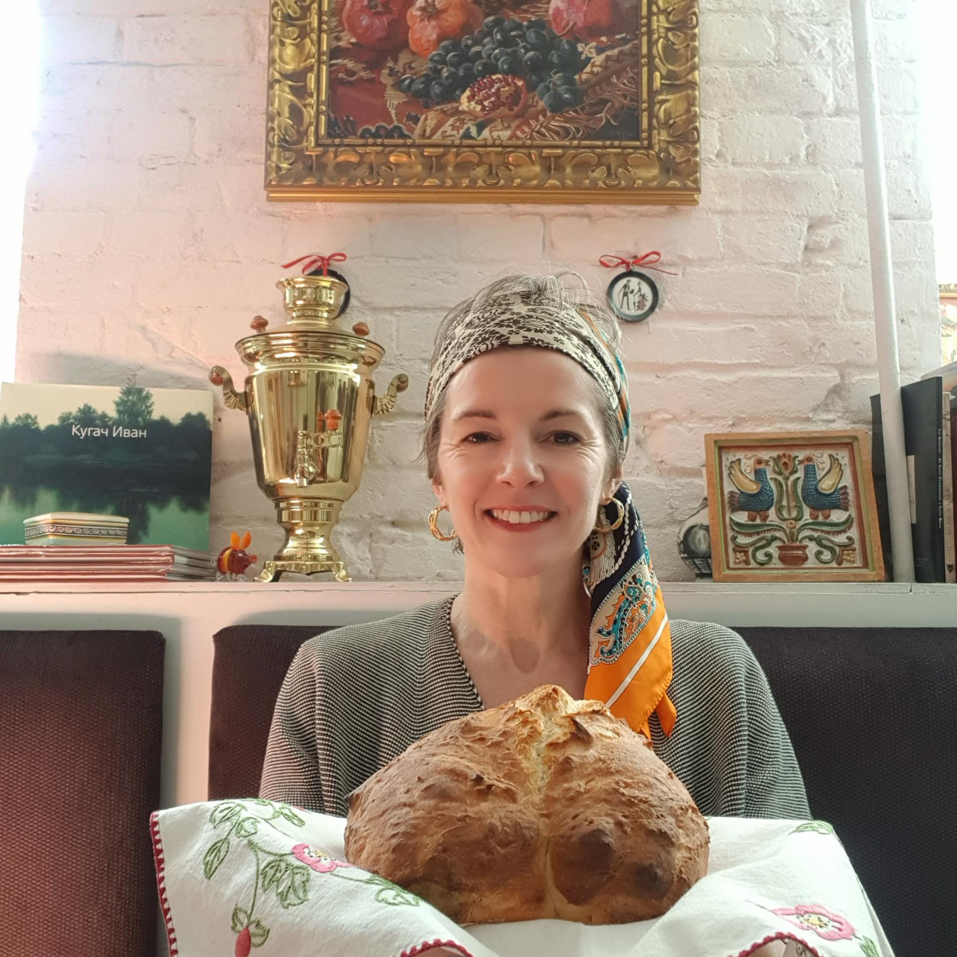 Cécile avec un karavaï, pain traditionnel russe symbolisant l'hospitalité