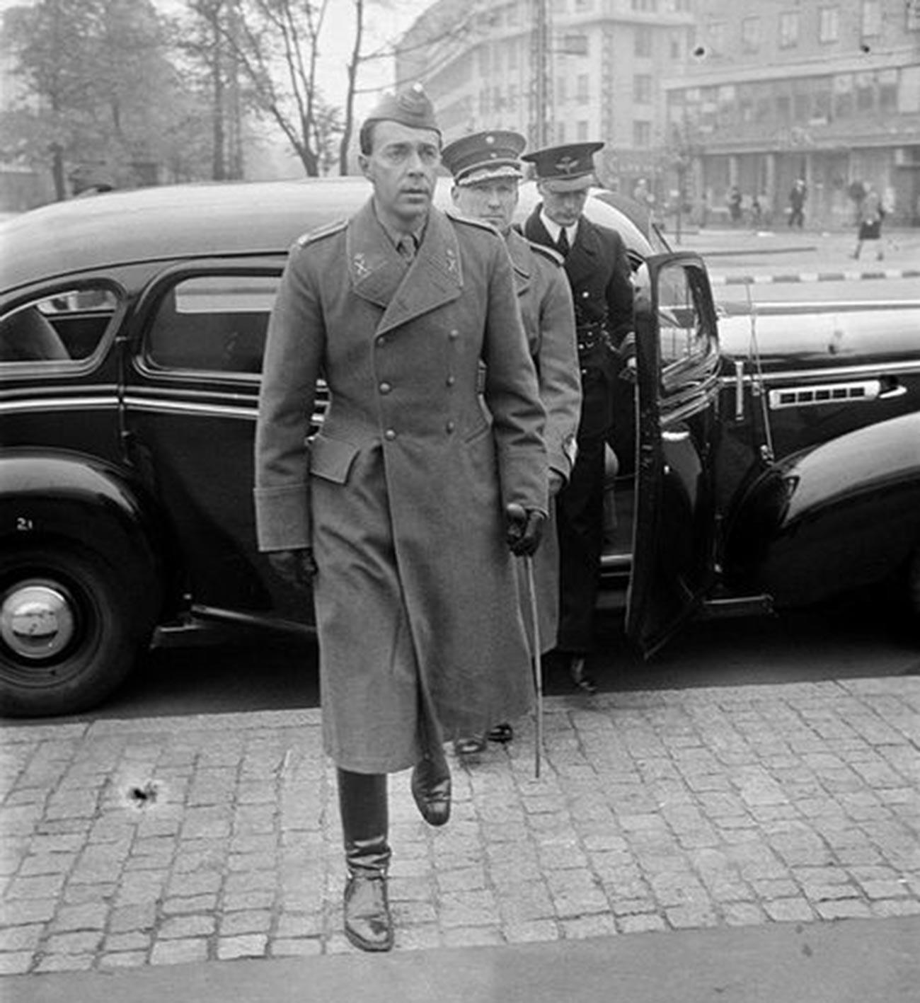 Švedski prestolonaslednik Gustav Adolf med obiskom sejma vojaških trofej v razstavnem salonu. Francija, 8. oktobra 1941