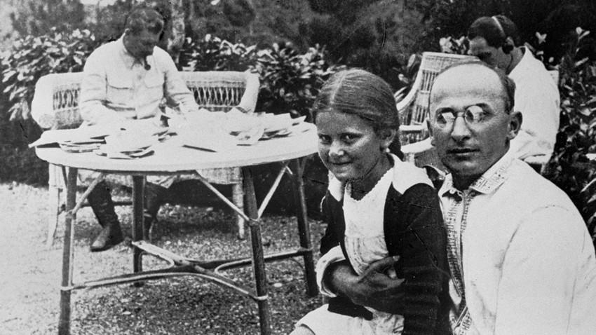 Lavrenty Beria con la hija de Iósif Stalin Svetlana.