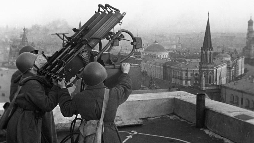 """Припадници на советската противвоздушна одбрана на покривот на хотелот """"Москва"""", 16 октомври 1941 година. Голема татковинска војна (1941-1945)."""