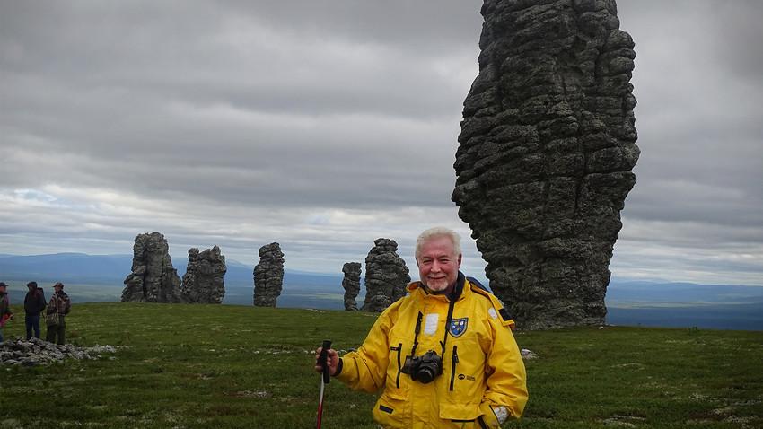 Babis Bizas in posa vicino alle formazioni rocciose di Manpupuner