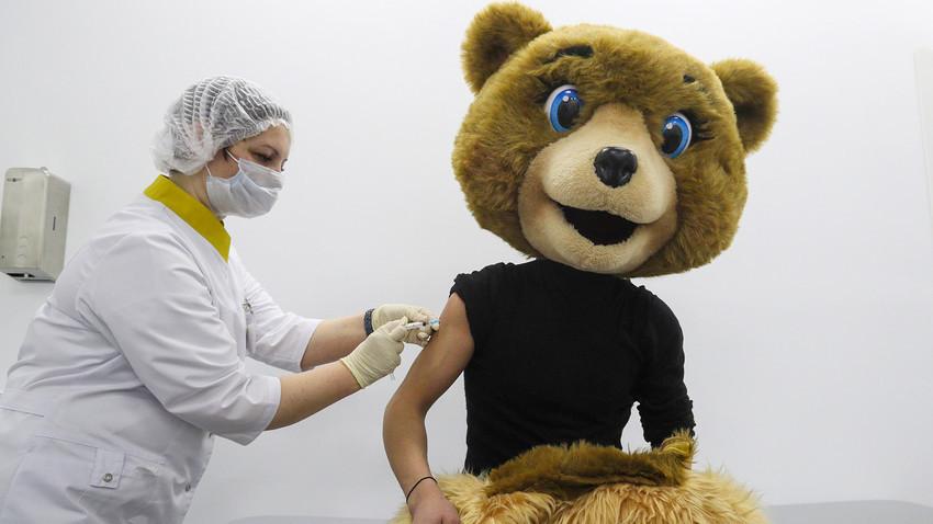 """Вакцинација против коронавирусот (со вакцината """"Спутник V"""") во привремениот пункт за вакцинација во трговскиот центар """"Шчолковски"""" во Москва, 10 февруари 2021 година."""