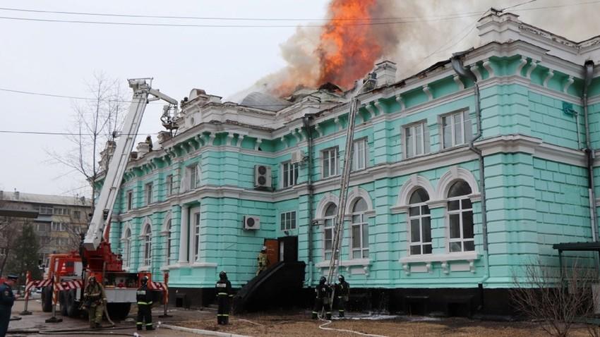 Bombeiros no combate ao fogo em hospital de Blagoveschensk