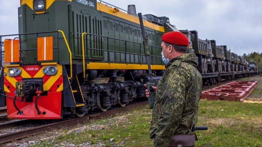 Experto militar durante la restauración de una vía férrea