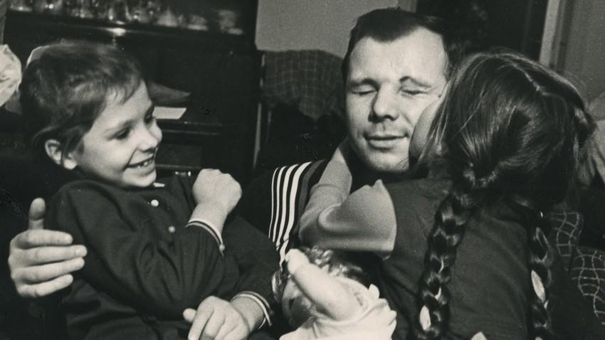 Jurij Gagarin s hčerkama