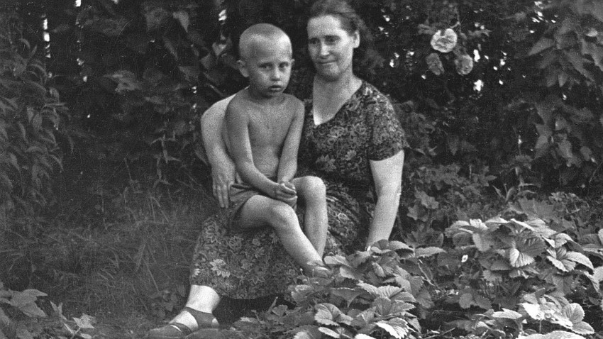 Vladimir Putin dan ibunya Maria Ivanovna Putina, Juli 1958.