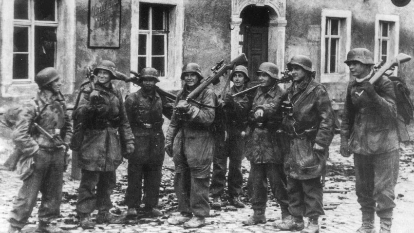"""Scharfschuetzentrupp der Division """"Hermann Göring"""" im Kubschutz in einem Ort östlich von Bautzen."""