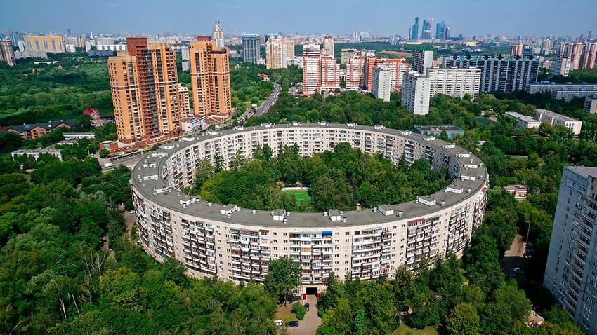 L'edificio circolare in via Nezhinskaja 13 circondato dal verde