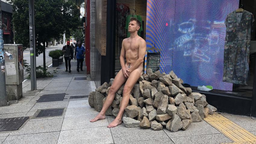 """Performance de Fyodor Pavlov-Andreevich, expoente do novo """"aktsionizm moscovita"""", na rua Oscar Freire, em São Paulo, em fevereiro de 2021."""