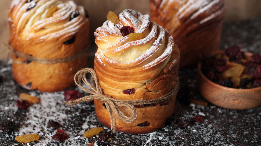 Try this scrumptious cruffin kulich packed with a mix of raisins and dried forest berries.