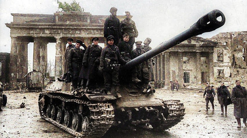 """Vojnici Crvene armije na tenku """"Josif Staljin"""" (IS-2) ispred Brandenburških vrata u Berlinu. Njemačka, kraj Drugog svjetskog rata, svibanj 1945."""