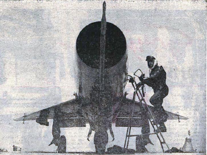 Bojan Savnik, (1930-1976), piloto de caza y general esloveno, con su MiG-21 en 1969.
