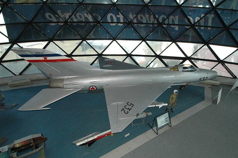 MiG-21 F-13 expuesto en el Museo de la Aviación de Belgrado (Serbia)