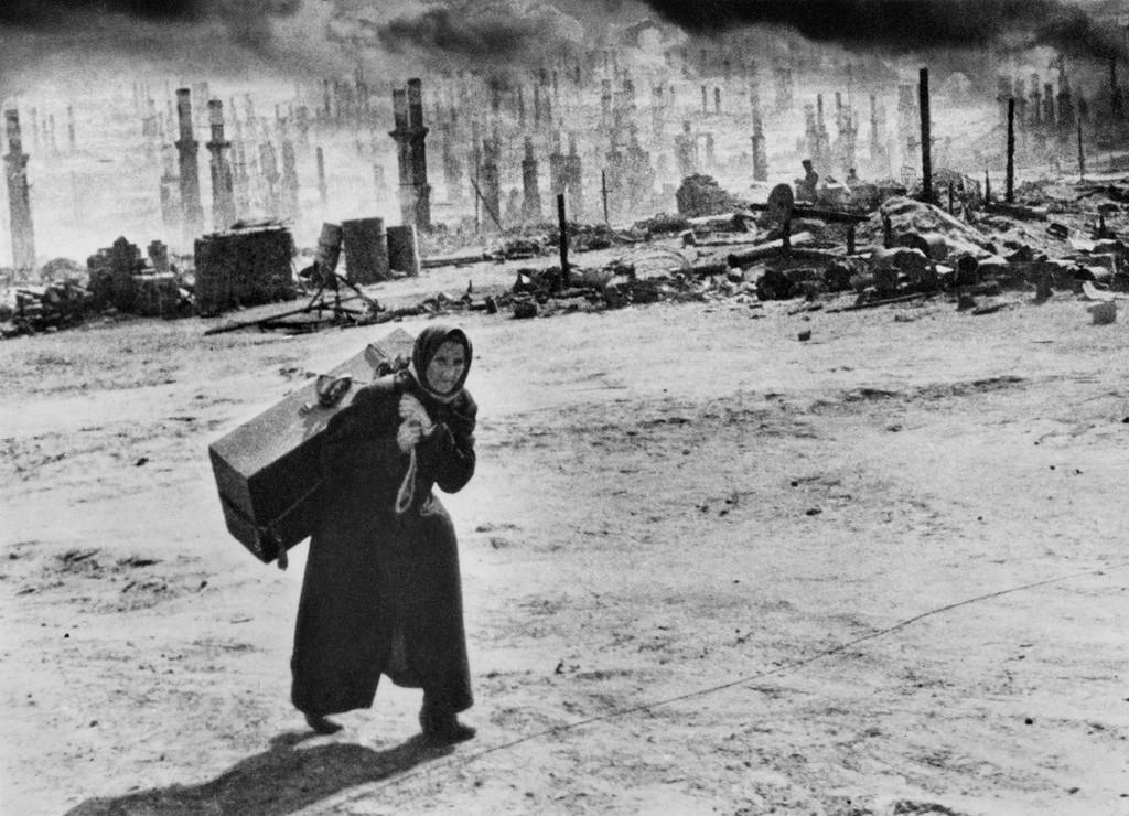 Des réfugiés fuient Mourmansk après un raid aérien allemand, 1941.