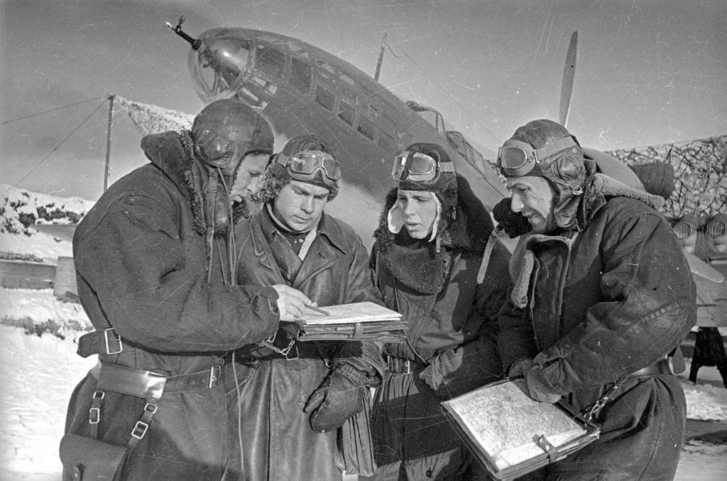 Commandant d'escadron avec son équipage près d'un Il-4, 1941