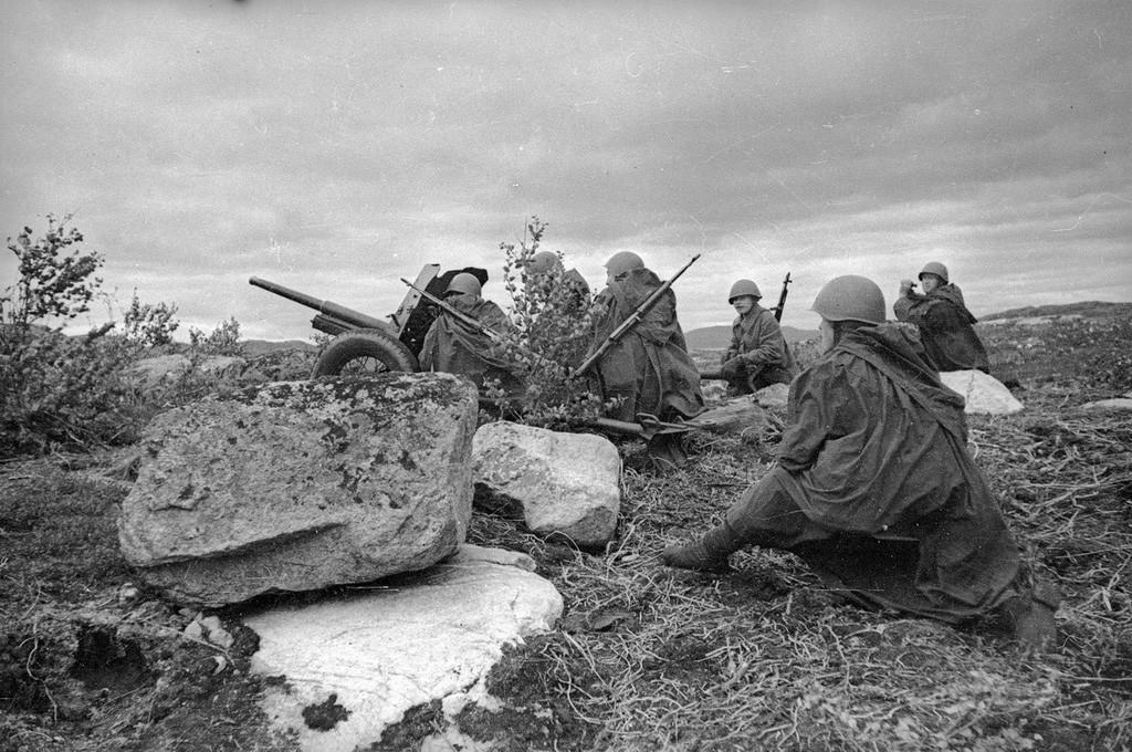 Membres de l'Armée rouge près d'un canon anti-char de 45 mm, 1941