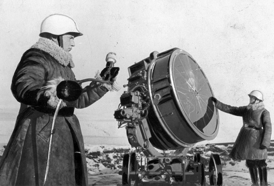 Marins de la batterie de canons antiaériens de la flotte du Nord, G. Troïan et Ia. Ladkine, se préparant pour le service de nuit, 1941