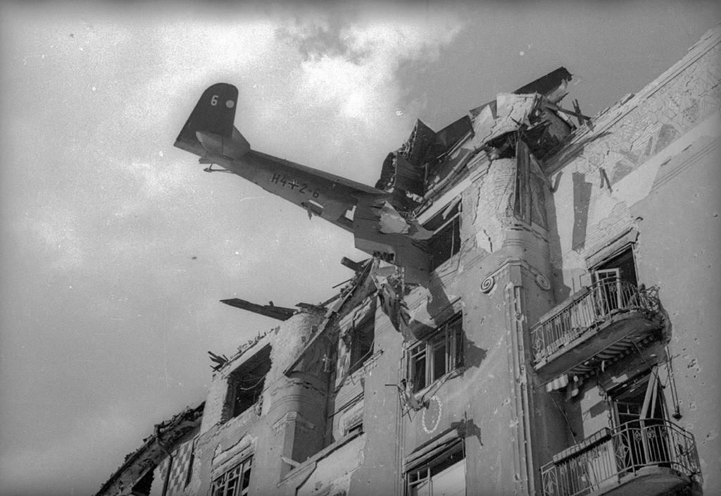 Un planeur allemand avec des provisions s'est écrasé sur un bâtiment. Budapest, 1945