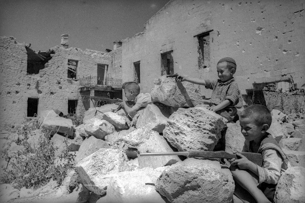 Des enfants jouent à la guerre. Crimée, 1944