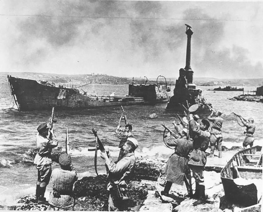 Feu d'artifice dans la ville libérée de Sébastopol, Crimée, 1944