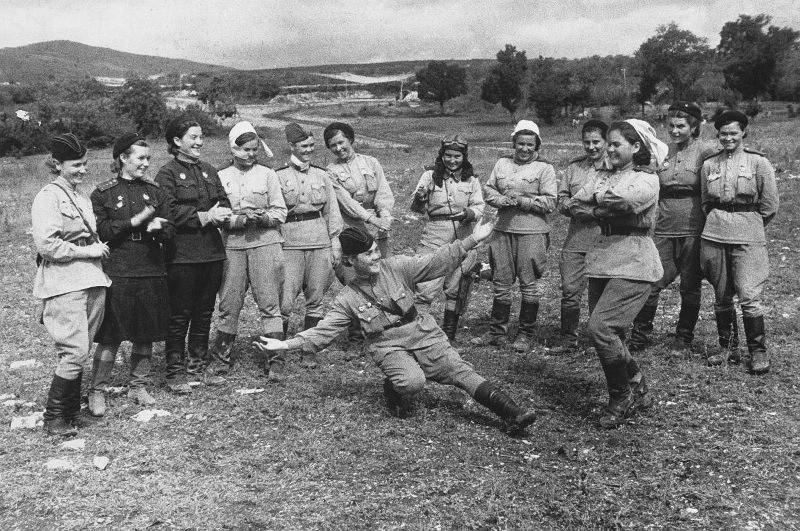 Dans les moments de repos. Pilotes du 46e régiment d'aviation féminine de la division de Taman, 1943. Novorossiïsk, Sud de la Russie