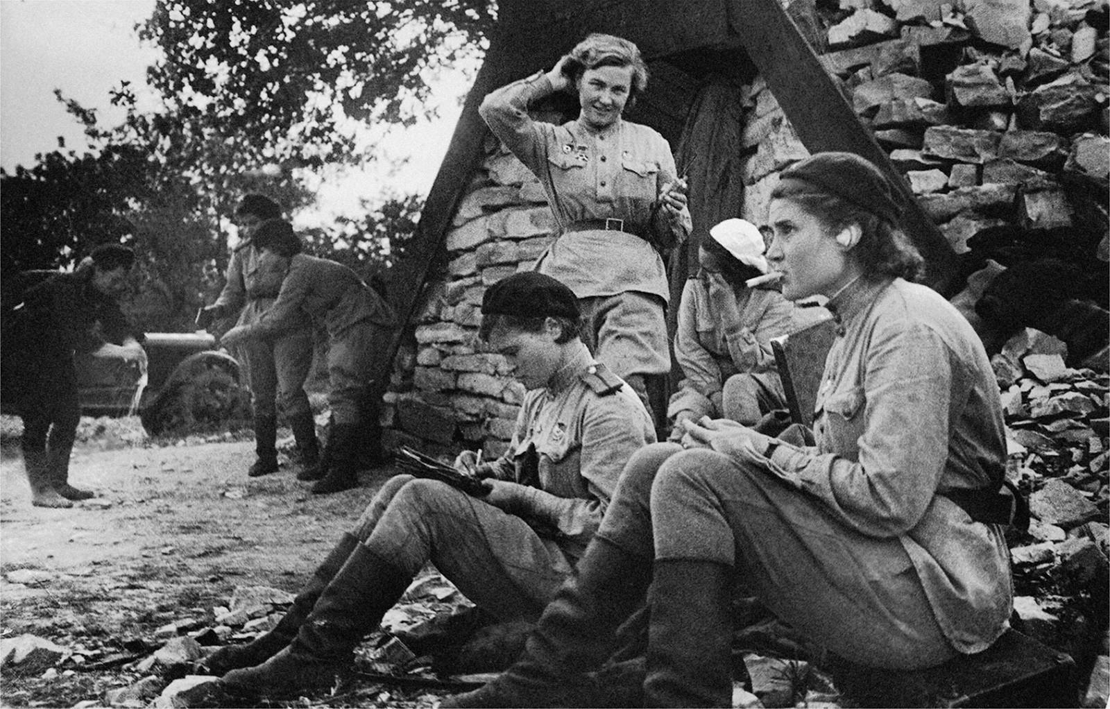 Pilotes près d'un abri de la ligne de front, 1943