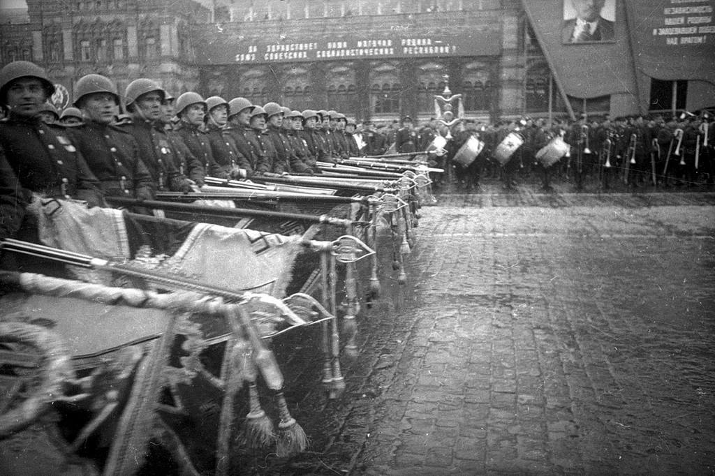 Défilé de la Victoire le 24 juin 1945 – soldats lançant des bannières nazies
