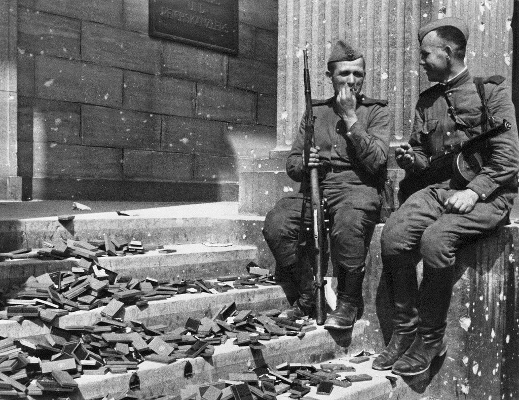Pause cigarette au Reichstag. Berlin, 1945