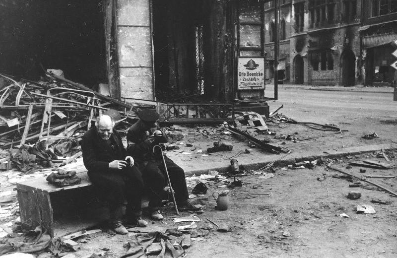 « Pourquoi la guerre ? ». Un aveugle avec un guide à Berlin, 1945