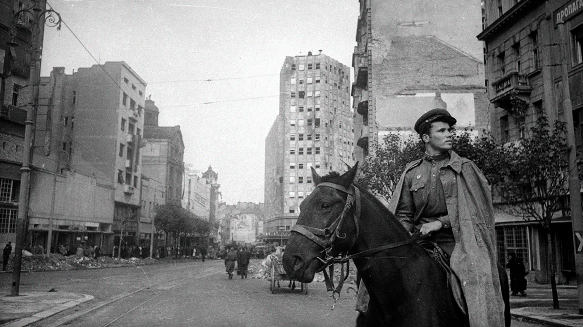 Совјетски коњаник у Београду.