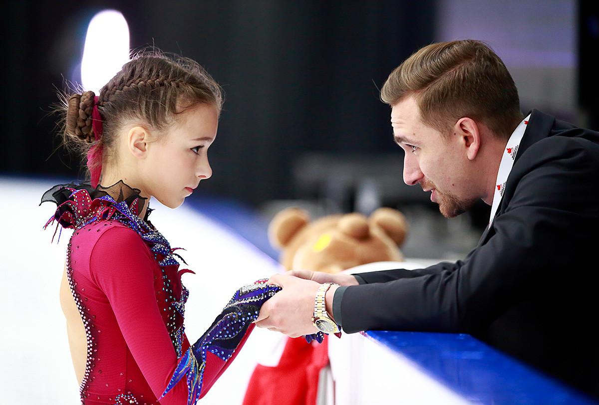 Il coreografo Daniil Gleikhengauz parla con Anna Shcherbakova durante il Grand Prix ISU juniores di pattinaggio di figura a Richmond, una città del Canada, nella provincia della Columbia Britannica