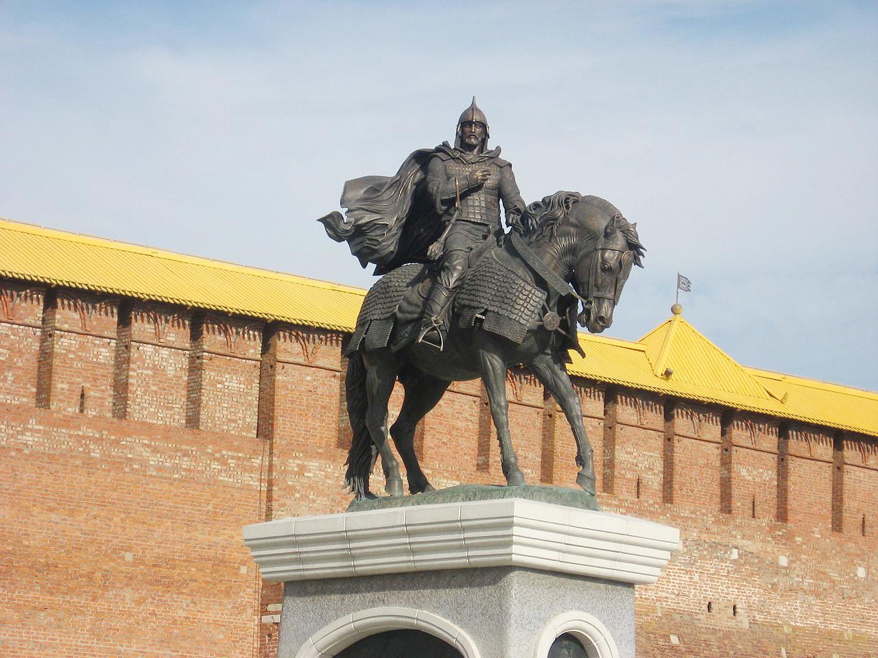 Monumen Dmitry Donskoy di luar Kolomna Kremlin