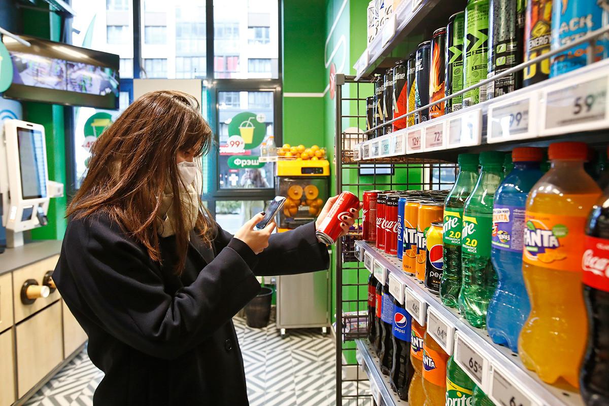 """Купац у првом супермаркету """"Пятёрочка Налету"""" без благајника на дан отварања. Приступ супермаркету је обезбеђен путем апликације; продавница има потпуно аутоматизовани систем касе који користи плаћања картицама, Google Pay и Apple Pay."""