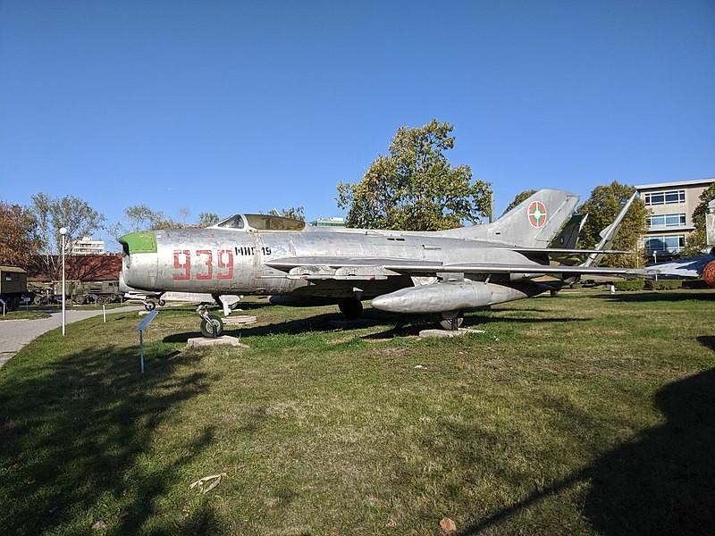 MiG-19PM con escarapelas búlgaras en el Museo de Historia Militar de Sofía, Bulgaria