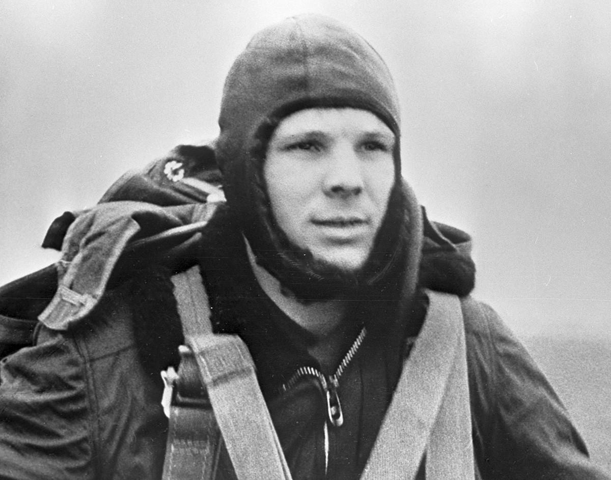 パラシュート降下の準備をするガガーリン、1960年