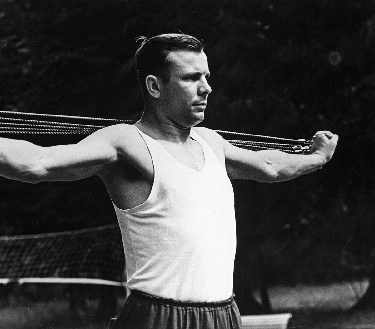 朝のトレーニングをするガガーリン、1961年