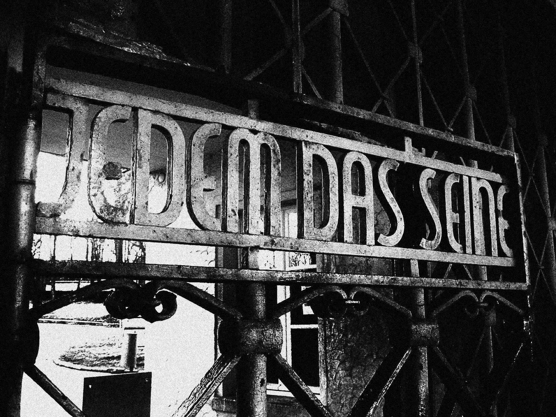 L'inscription de la porte du camp de concentration de Buchenwald : « À chacun son dû ».