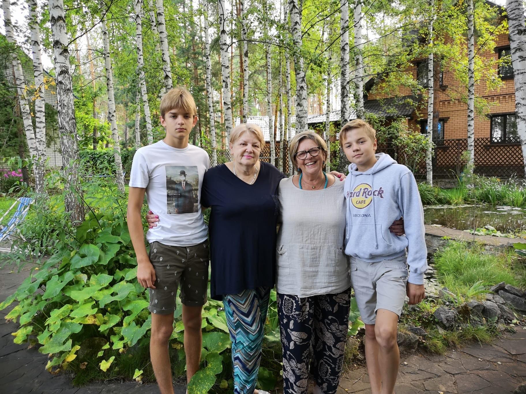 Monique avec ses petits-enfants Lucas et Nicolas et leur grand-mère russe