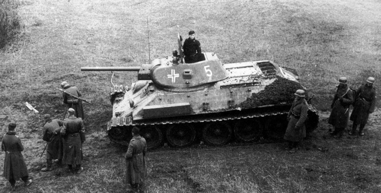 Немачки минери врше разминирање терена ипред совјетског трофејног тенка Т-34, јесен 1941.