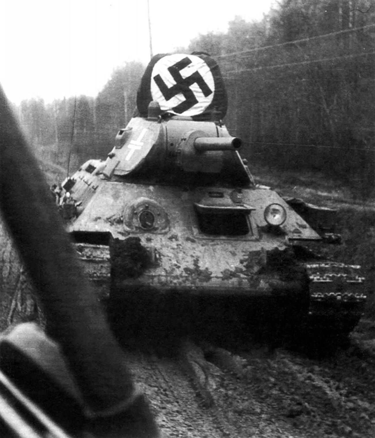 Трофејни совјетски Т-34 на шумском путу у близини Москве. Касна јесен 1941.