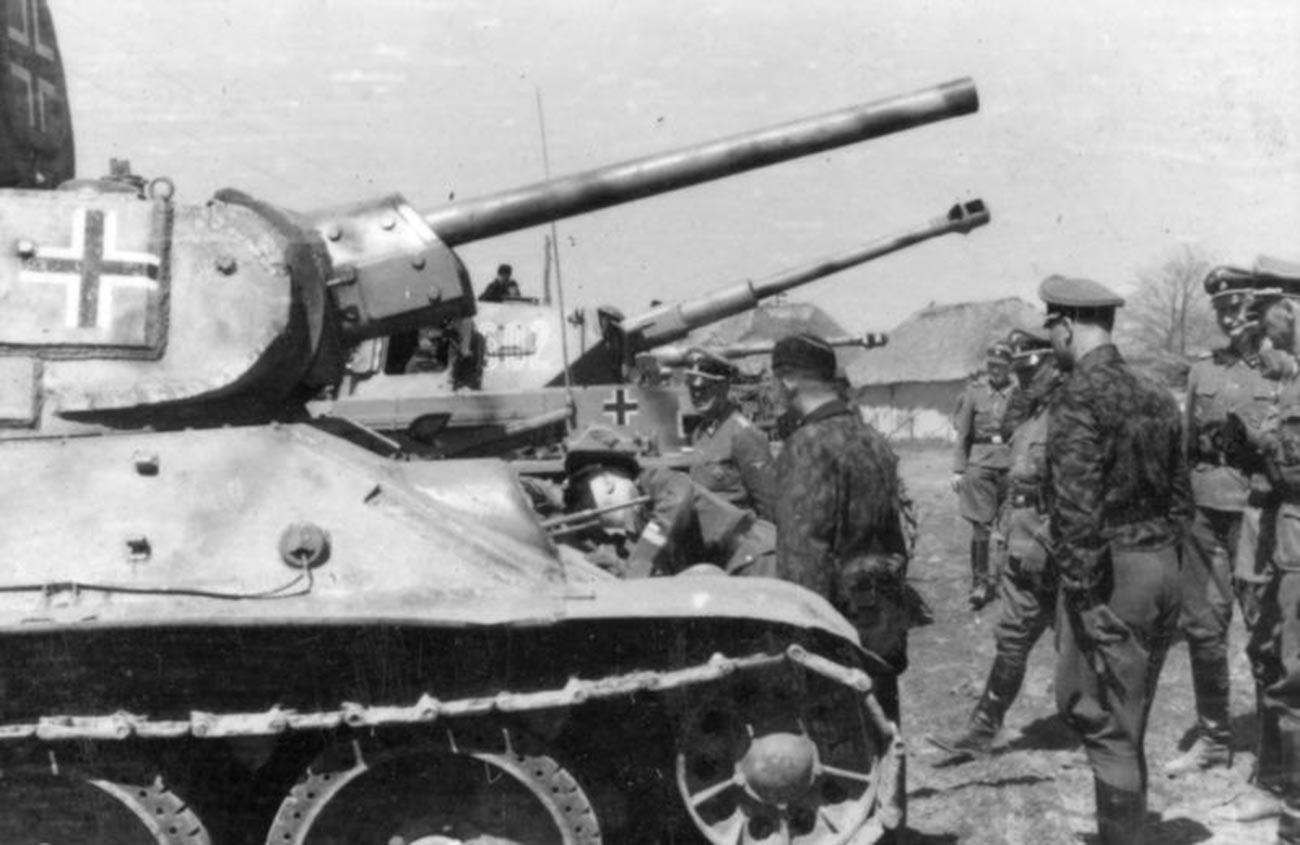 """Химлер разгледа Т-34 СС дивизије """"Рајх"""" (април 1943)."""