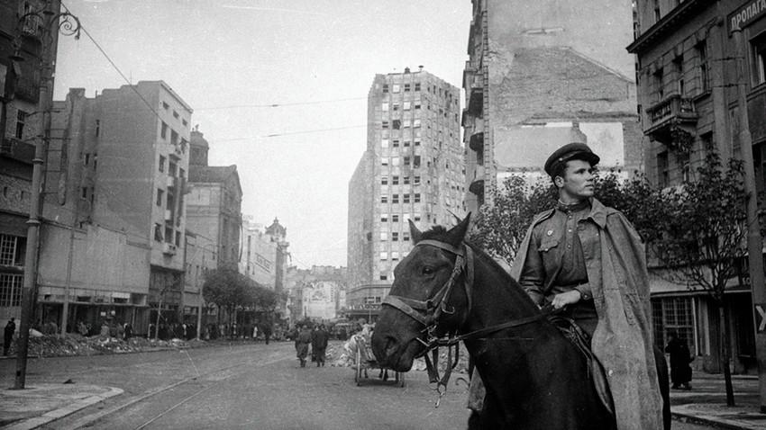 Советски коњаник во Белград.