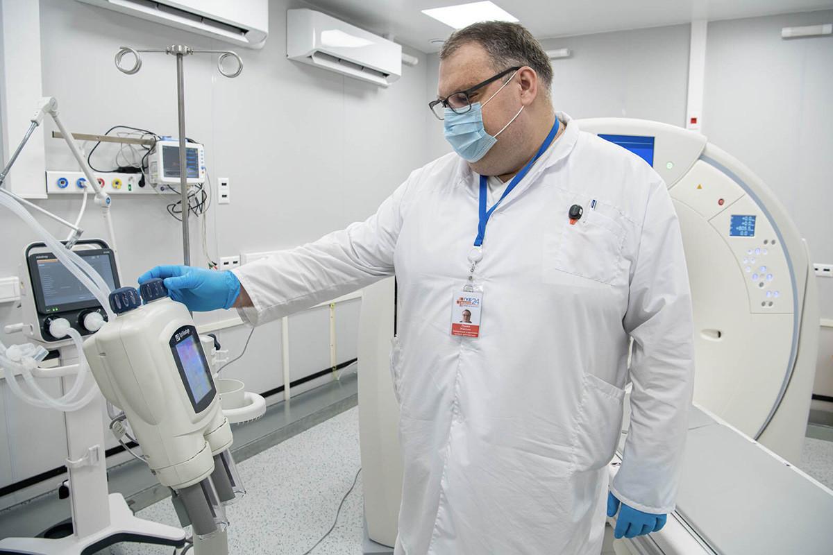 Медицински работник во новото одделение за реанимација, отворено во резервната болница за пациенти заразено со коронавирус во павилјонот број 75 во ВДНХ.