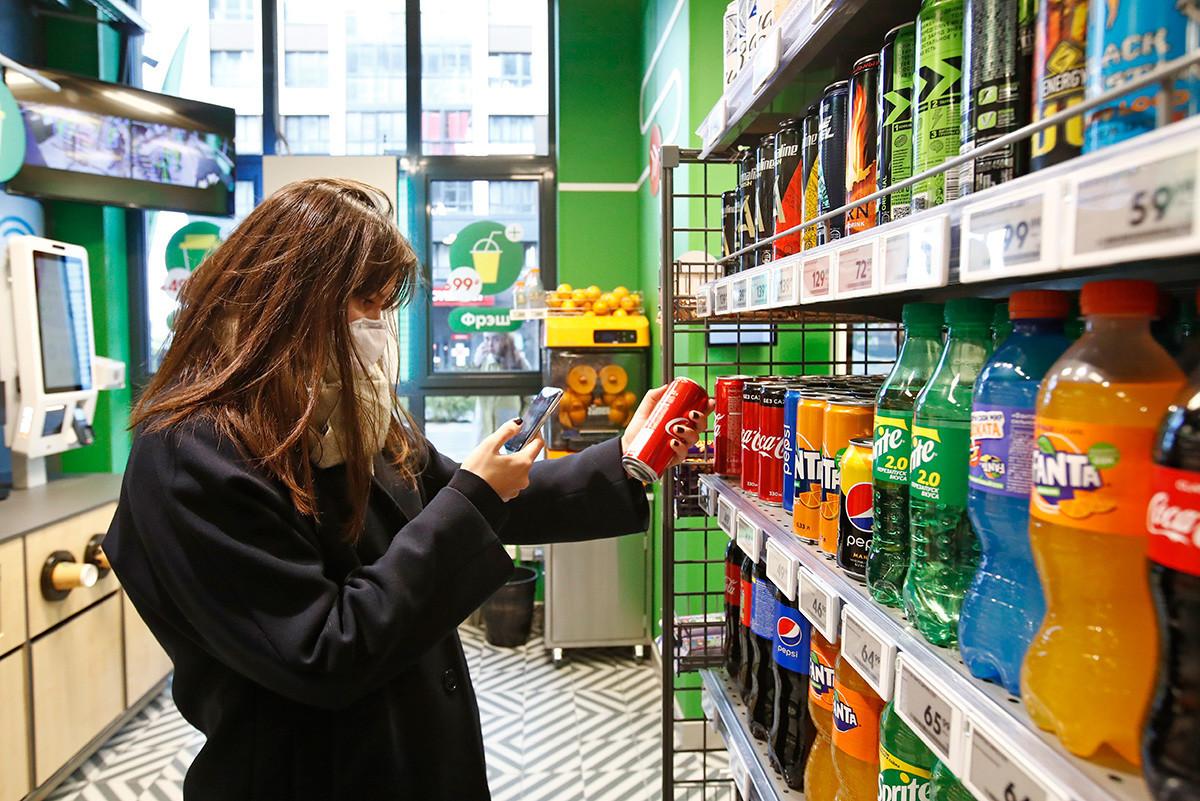 """Купувач во првиот супермаркет """"Пјатјорочка налету"""" без касиер на денот на отворањето. Пристап до супермаркетот е обезбеден по пат на апликација; продавницата има целосно автоматизиран систем на каса која користи плаќање со картичка, Гугл пеј и Епл пеј."""