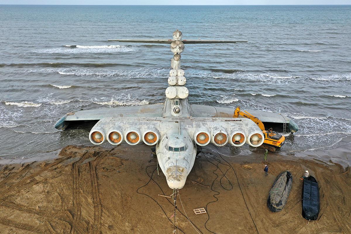 Ekranoplan Lun di pantai Laut Kaspia.