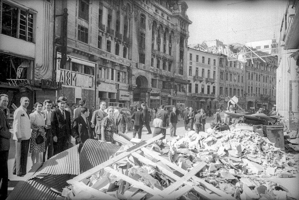 ブカレスト中心部の街路の瓦礫