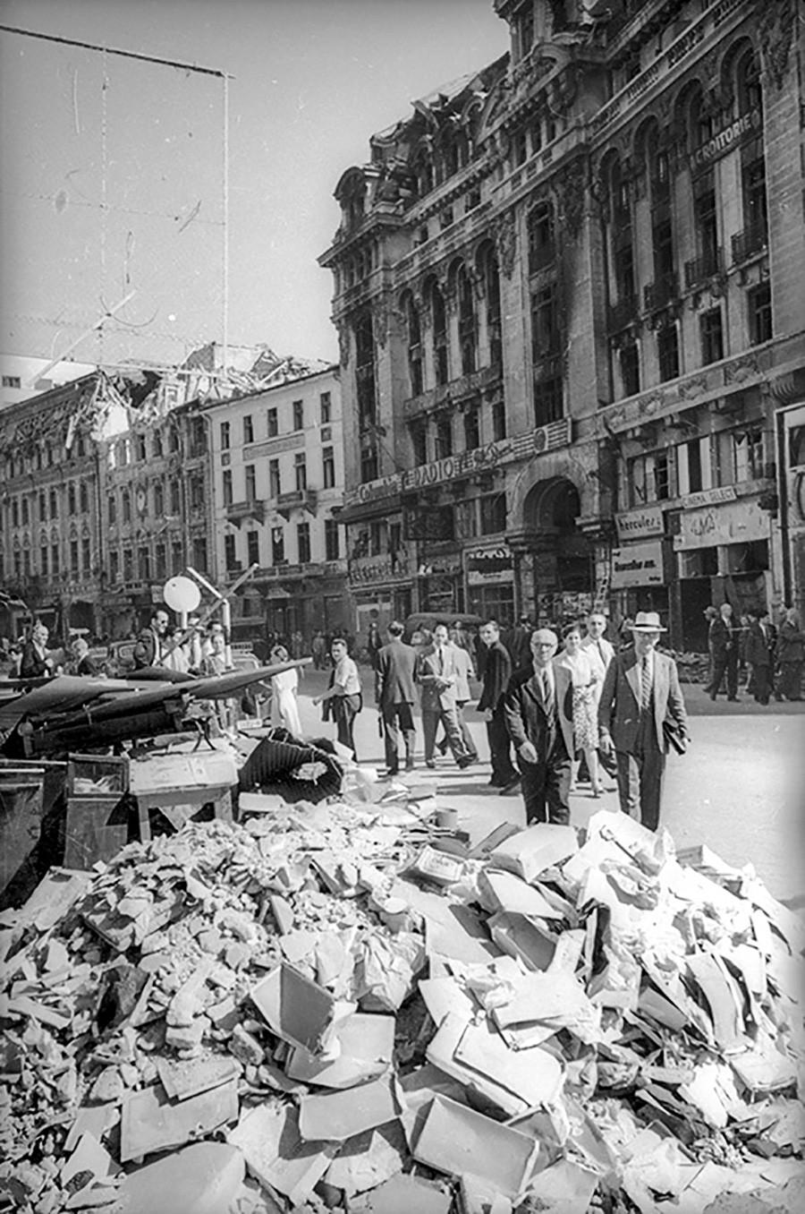 爆撃で倒壊した建物の瓦礫